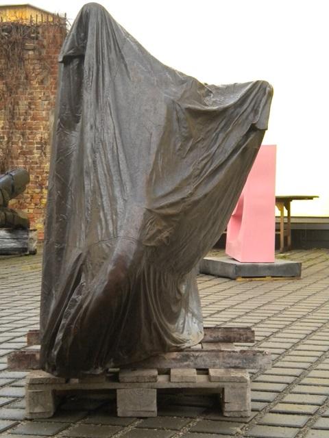 Jonathan Monk Bronzeguss, Covered Motorbike, Vorderansicht
