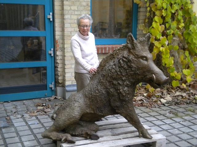 Künstlerin Felicitas Franck mit Bronzeguss des Keilers