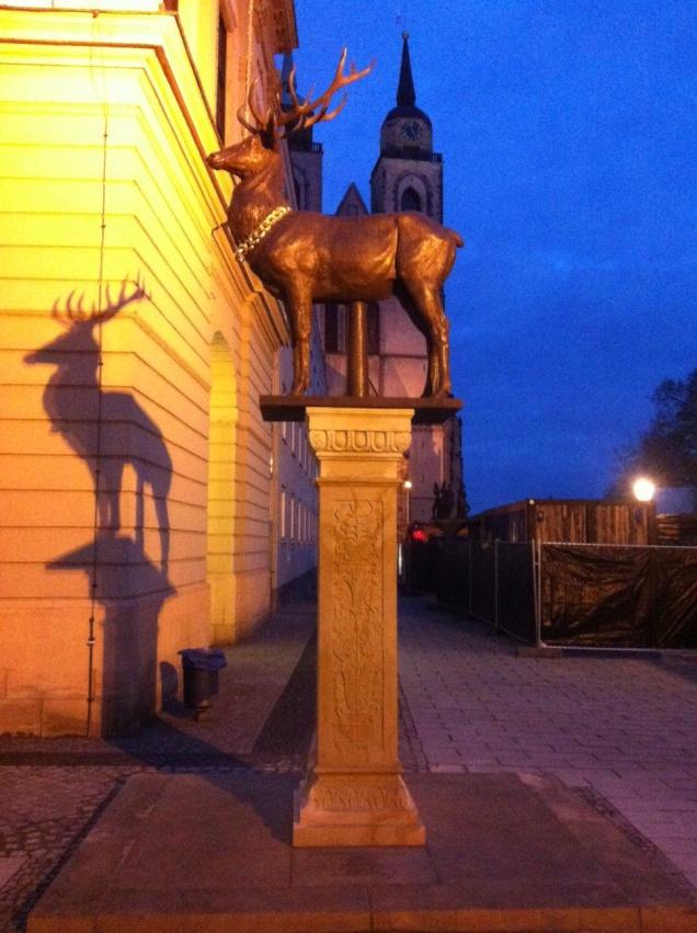 Hirsch auf dem Alten Markt in Magdeburg