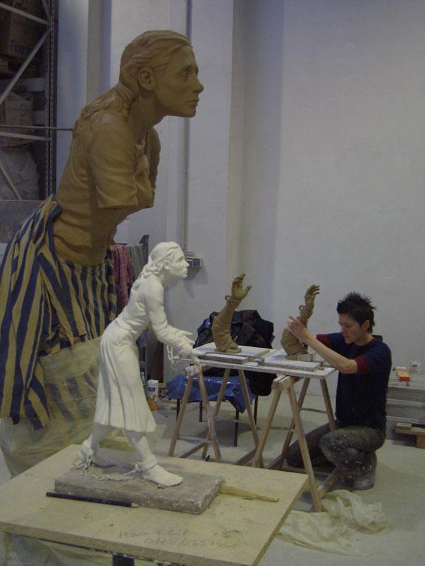 Künstlerin bei der Modelierarbeit einer Wachshand