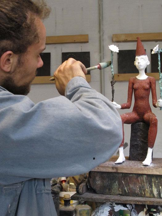 Patinierung-Mann malt Skulptur an