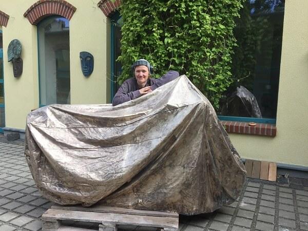 Mitarbeiterin Tonja mit fertig ziseliertem Motorradcover